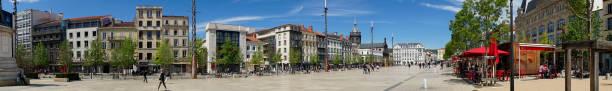 prise de vue panoramique, place de jaude à clermont-ferrand - chaine des puys photos et images de collection
