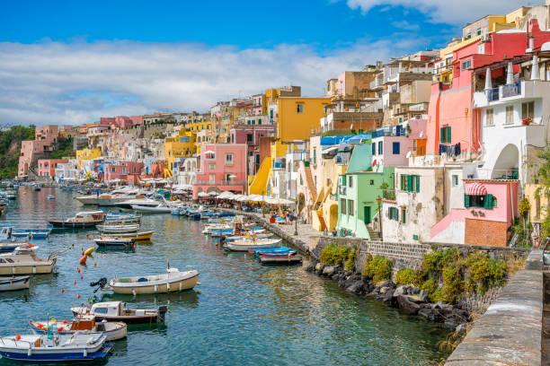 vista panoramica della bellissima isola di procida, nei pressi di napoli, regione campania, italia. - procida foto e immagini stock