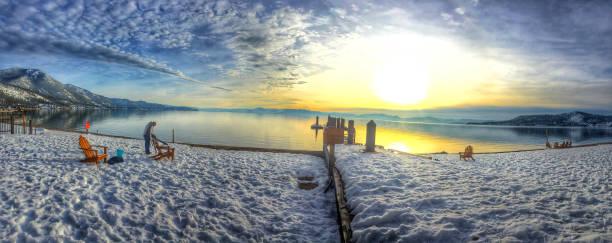 panorama schneelandschaft winter sonnenuntergang in incline village, lake tahoe, kalifornien - lake tahoe winter stock-fotos und bilder
