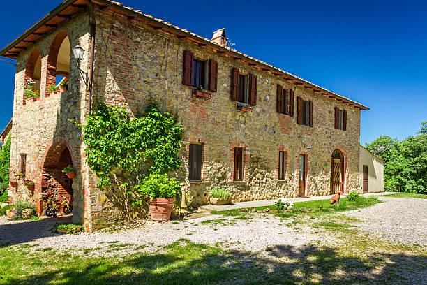 tuscany ländlichen haus im sommer, italien - ferienhaus toskana stock-fotos und bilder
