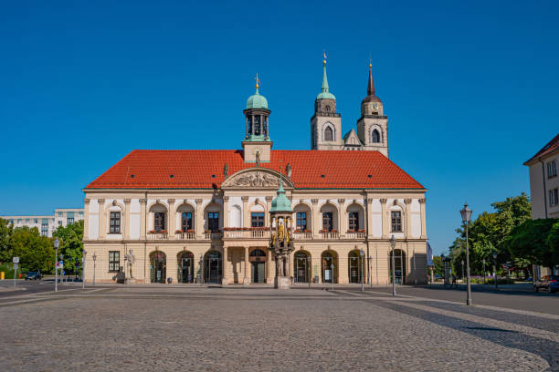 Panoramablick auf das Rathaus, goldene Reiterstatue des Magdeburger Reiters und Alter Markt platz in Magdeburg bei blauem Himmel und sonnigem Tag, Deutschland – Foto