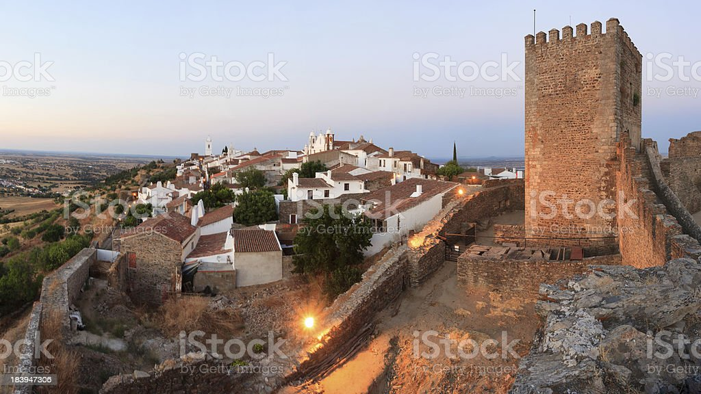 Vista panorâmica do village de Monsaraz do Alentejo - foto de acervo