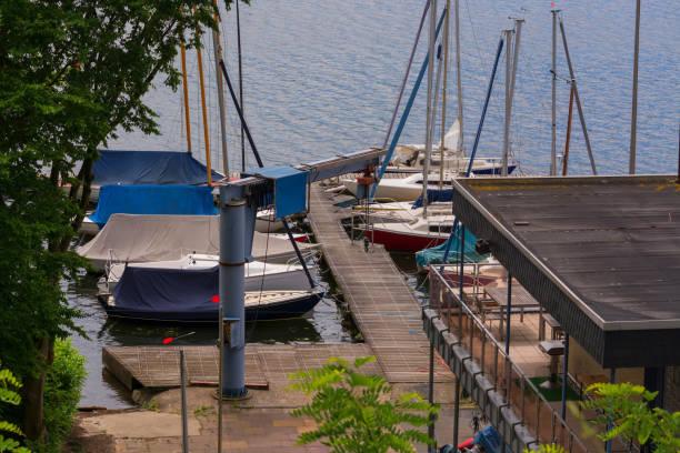 panoramablick vom baldeney see (baldeneysee) - schwimmbad nrw stock-fotos und bilder
