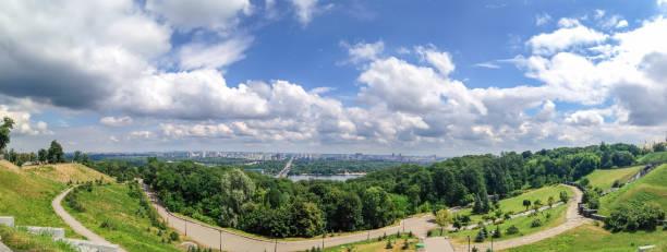 Vue panoramique depuis la zone du parc aux arbres, herbe, ciel nuageux, le Dniepr et la ville de Kiev, Ukraine - Photo