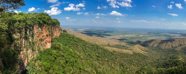 Panoramablick von den Klippen am Nachmittag Licht zu Tal, Drohnenfotografie, Chapada dos Guimarées, Mato Grosso – Foto