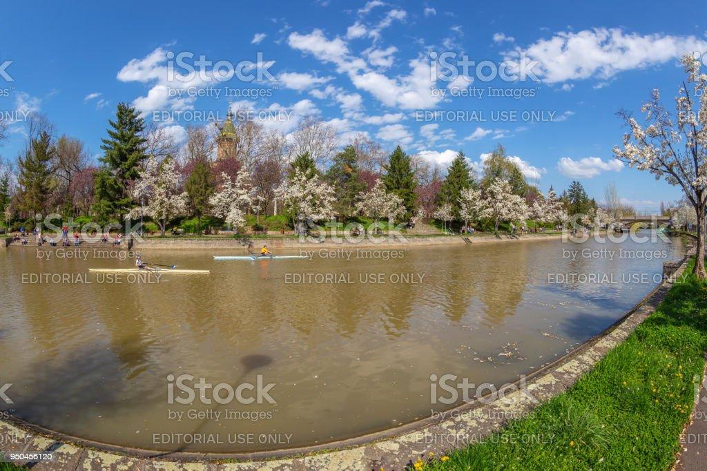Vue panoramique en œil de poisson un jour de printemps au bord de la rivière Bega, Timisoara - Photo