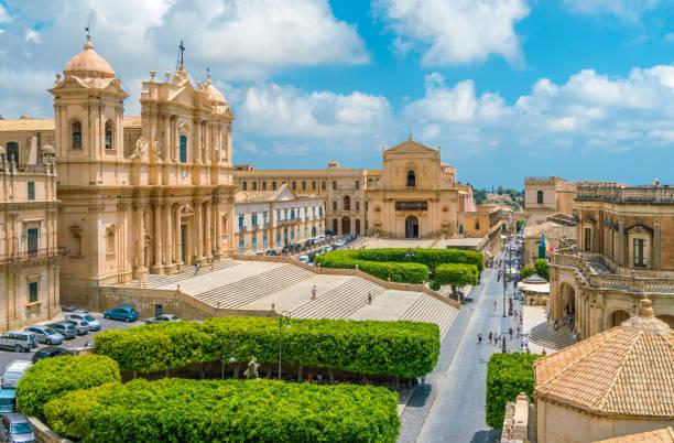 panoramisch uitzicht in noto, met de kathedraal, het palazzo ducezio en de santissimo salvatore church. provincie van syracuse, sicilië, italië. - noto sicilië stockfoto's en -beelden