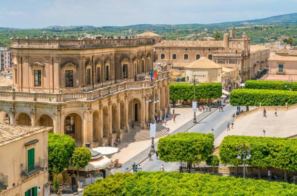 panoramisch uitzicht in noto, met de ducezio van het palazzo en de kerk van san carlo. provincie van syracuse, sicilië, italië. - noto sicilië stockfoto's en -beelden
