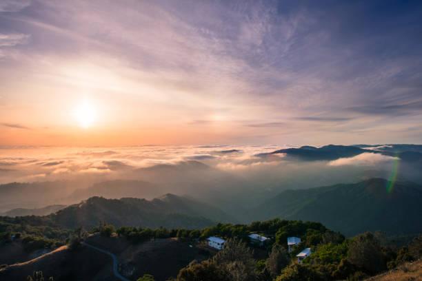 panoramablick auf den sonnenuntergang über einem wolkenmeer für south san francisco bucht-bereich; wunderschöne hügellandschaft im vordergrund; blick vom mt hamilton, san jose - süd kalifornien stock-fotos und bilder