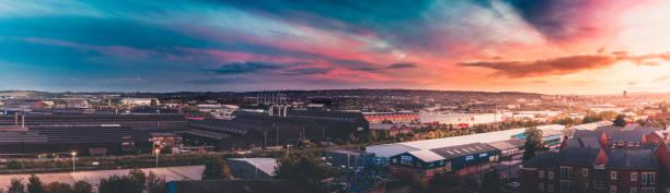 panoramablick auf einen sonnenuntergang über sheffield, uk - sheffield stock-fotos und bilder