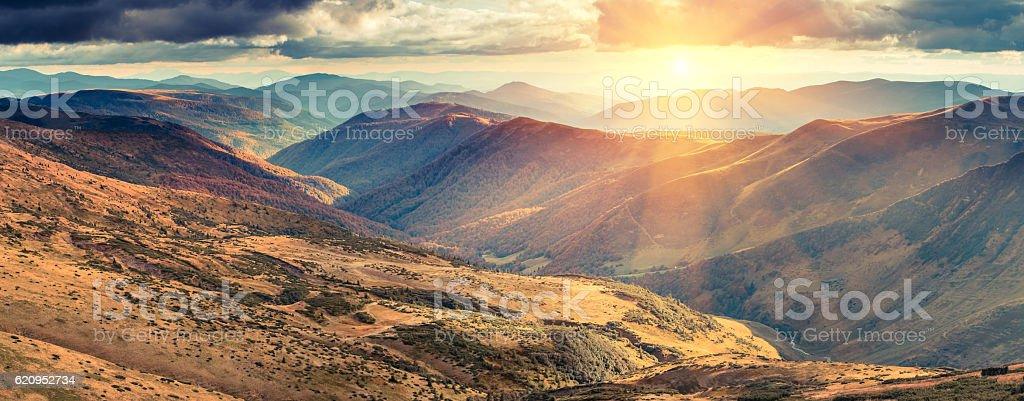 Panoramic view of autumn  mountains at sunshine. – Foto