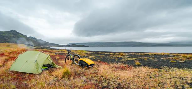 Panoramablick auf schöne bunte isländische Landschaft, Island, wildes Campen und Bike Touren – Foto