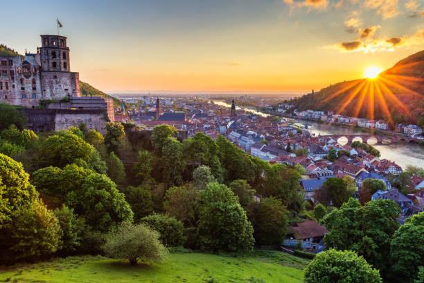 panoramablick auf der wunderschönen mittelalterlichen stadt heidelberg unter anderem carl theodor alte brücke, neckars, kirche des heiligen geistes, deutschland - rhein stock-fotos und bilder