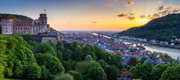 panoramablick auf der wunderschönen mittelalterlichen stadt heidelberg unter anderem carl theodor alte brücke, neckars, kirche des heiligen geistes, deutschland - sommerferien baden württemberg stock-fotos und bilder
