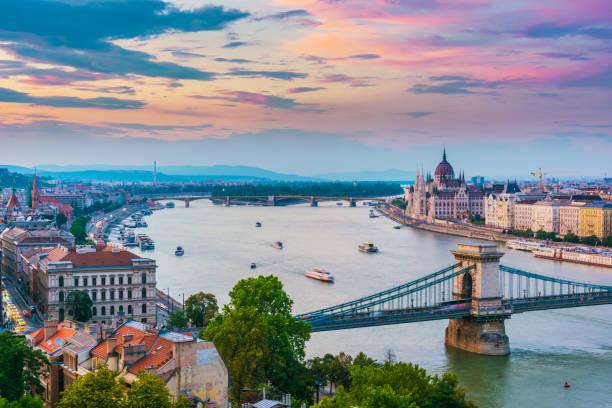 Panoramablick auf Budapest nach Sonnenuntergang – Foto