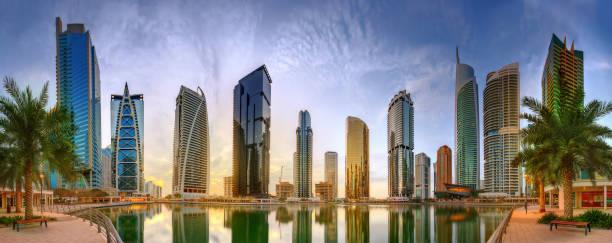 panoramablick auf business bay und lake tower, reflexion in einem fluss, vereinigte arabische emirate - jumeirah stock-fotos und bilder