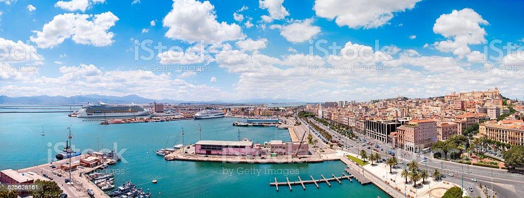 Vista panorâmica de Cagliari cidade em um belo dia de sol - foto de acervo