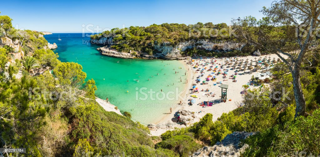 Panoramic view of Cala Llombards beach. Beautiful sandy beach that is sheltered on either side by cliffs. Mallorca island, Spain. - foto stock