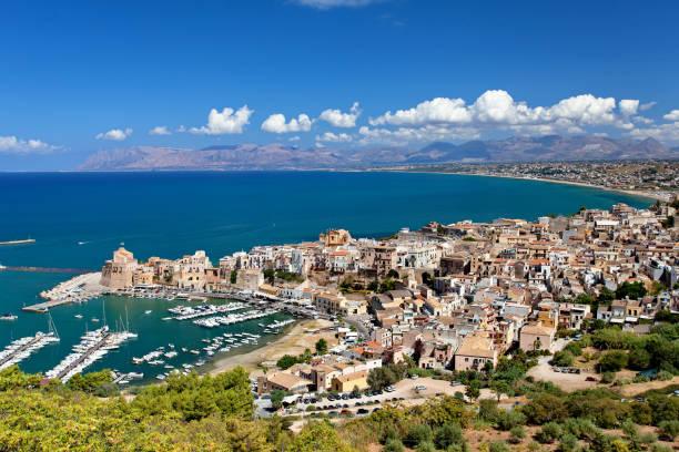 Vista panorámica de Castellamare del Golfo - Trapani provincia, Sicilia, Italia - foto de stock