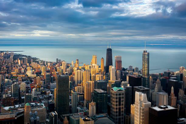 panoramablick auf chicago bei sonnenuntergang - hohe warte stock-fotos und bilder