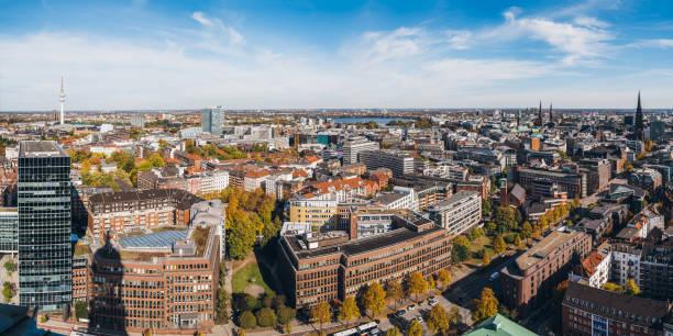 panoramablick von der freien und hansestadt hamburg - hotel stadt hamburg stock-fotos und bilder