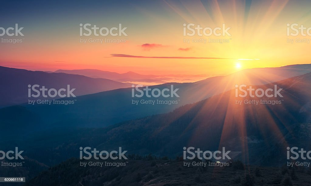Panoramic view of  colorful sunrise in mountains. foto de stock libre de derechos
