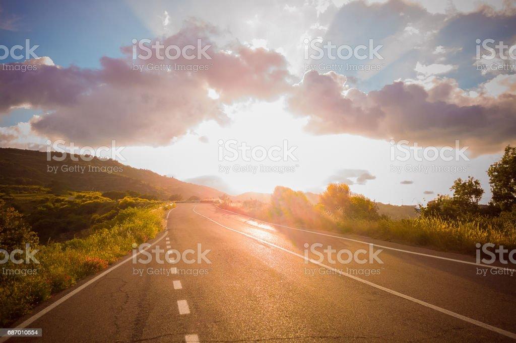 Panoramablick auf leere Asphaltstraße unter Himmel Sonnenuntergang, Dämmerung Licht Sonnenstrahl Lizenzfreies stock-foto