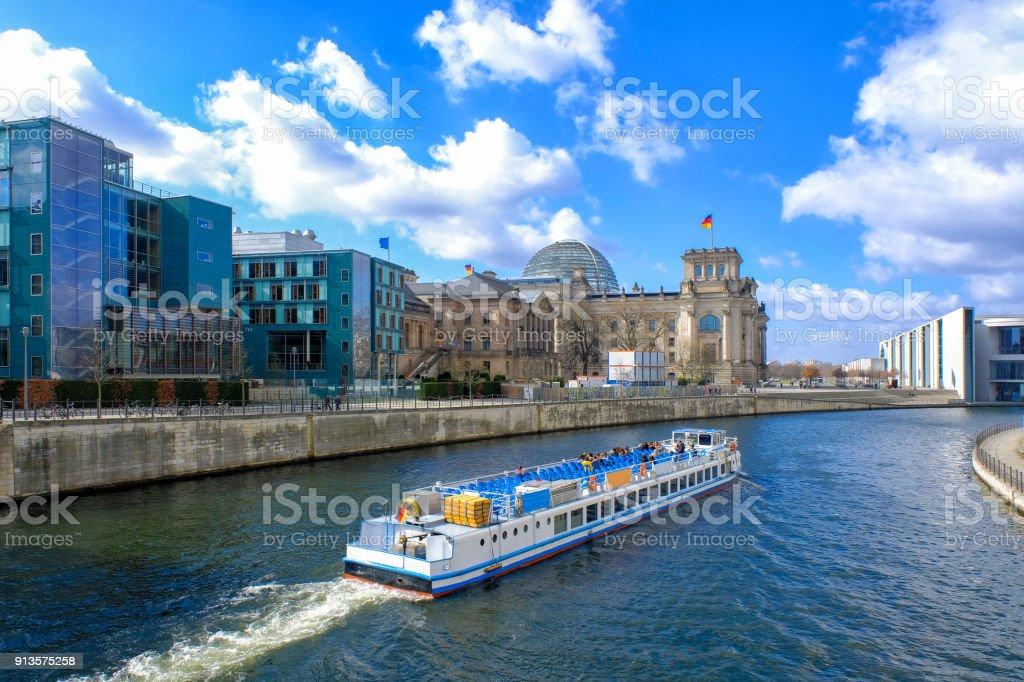Panoramablick über berühmte Reichstagsgebäude (Bundesregierung) und Fluss Spree in Berlin, Deutschland – Foto
