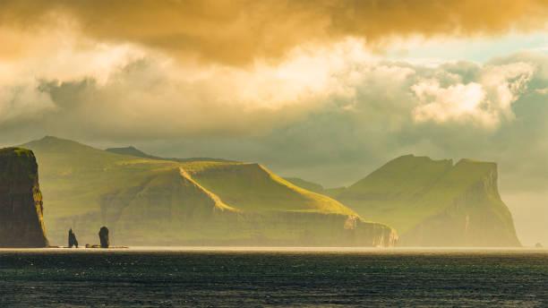 panorama van de kust van de faeröer - faeröer stockfoto's en -beelden