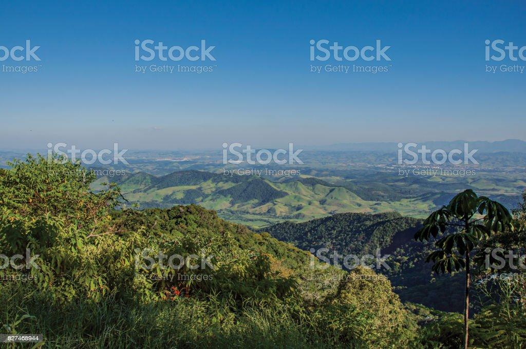 Vista panorâmica da floresta, colinas, montanhas e céu azul em Penedo. - foto de acervo