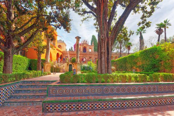Vista panorámica del patio interior - Troy Garden (jardín de Troya) de los Reales Alcázares de Sevilla. - foto de stock