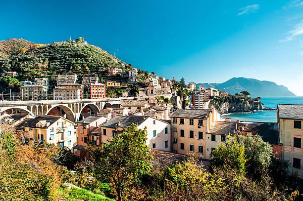 vue panoramique du village italien - pont gênes photos et images de collection