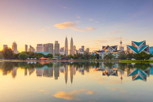vista panorâmico da skyline do beira-rio da cidade de kuala lumpur com reflexões e céu bonito da manhã - malásia - fotografias e filmes do acervo