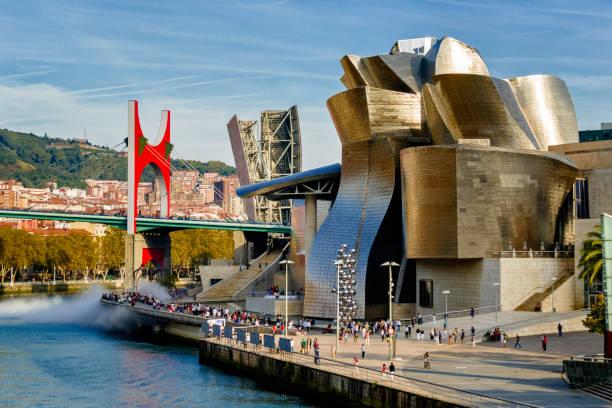Vue panoramique du pont de La Salve et du musée Guggenheim, conçu par Frank Gehry, rivière Nervion, Bilbao, Espagne - Photo