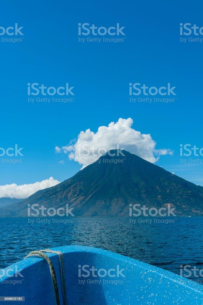 Vista panorámica del lago de Atitlán en Guatemala, colores al aire libre. - Foto de stock de Agua libre de derechos