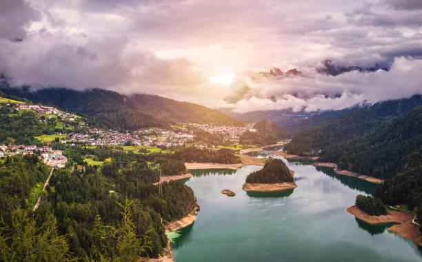 Panoramasicht auf See des Centro Cadore in den Alpen in Italien, Dolomiten, in der Nähe von Belluno. – Foto