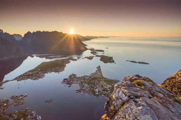 Vista panorâmica das Ilhas Lofoten, na Noruega com cênica do sol - foto de acervo