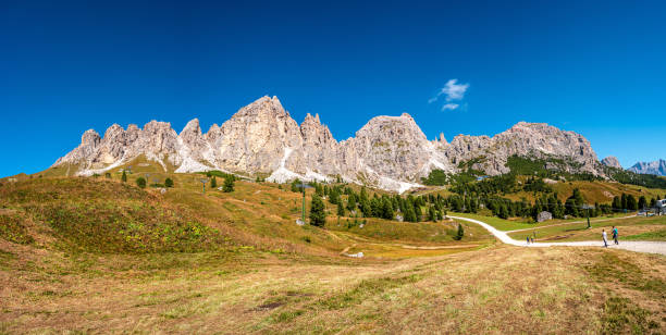 Panoramablick auf magische Dolomitengipfel von Pizes da Cir, Passo Gardena im Herbst, Südtirol, Italien – Foto