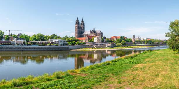 Panoramablick auf den herrlichen Dom von Magdeburg und die Elbe im Sommer in Magdeburg, Deutschland, bei sonnigem Tag und blauem Himmel – Foto