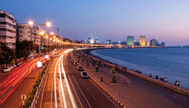 panoramisch uitzicht van marine drive in de schemering, mumbai, india - mumbai stockfoto's en -beelden