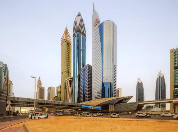 panoramablick auf die u-bahn-station im finanzviertel bei nacht, dubai, vae - sheikh zayed road stock-fotos und bilder
