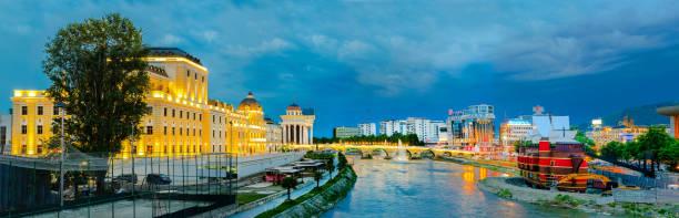 ulusal tiyatro, vardar nehri, taş köprü ve galia restoran panoramik görünümü. arka planda büyük i̇skender heykeli görünür - üsküp stok fotoğraflar ve resimler
