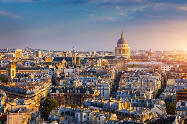 Panoramablick auf Paris mit dem Pantheon bei Sonnenuntergang, Frankreich. Blick auf das Pantheon und das lateinische Viertel bei Sonnenuntergang, Paris, Frankreich. – Foto