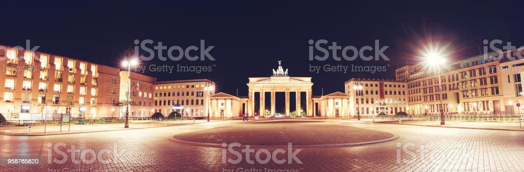 有名なブランデンブルグ (ブランデンブルク門)、最も有名なランドマークの一つ、ドイツの国民記号と Pariser Platz のパノラマ ビュー - イルミネーションのロイヤリティフリーストックフォト