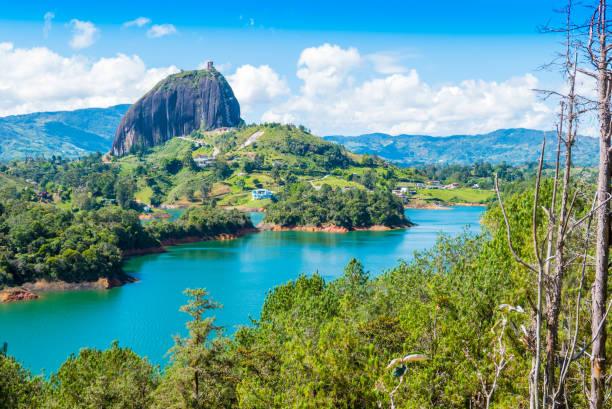 penol 湖のパノラマの景色と有名な同音異義語の石 guatape - コロンビア ストックフォトと画像