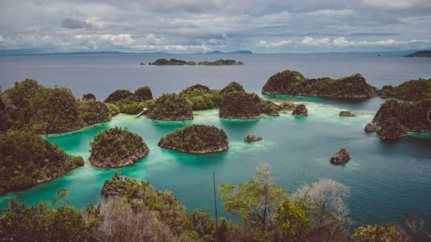 panoramablick auf pianemo. gruppe der kleinen insel im seichten lagune wasser, raja ampat, west-papua, indonesien - kapverdische inseln stock-fotos und bilder