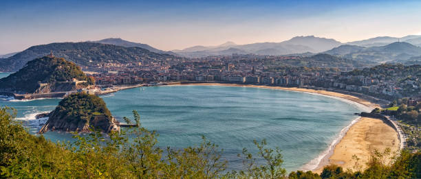panoramablick auf san sebastian strand im norden spaniens - san sebastian donostia stock-fotos und bilder
