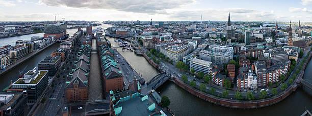panoramablick auf speicherstadt in der stadt von hamburg, deutschland - reifen hamburg stock-fotos und bilder