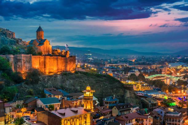 Panoramablick über Tiflis nach Sonnenuntergang – Foto