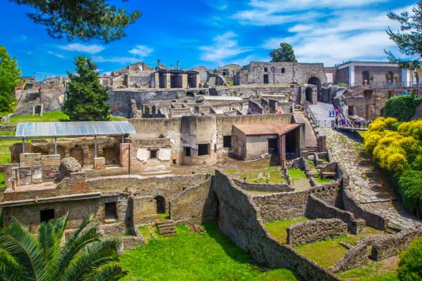 家と街とポンペイの古代都市のパノラマ ビュー。ポンペイは、1 世紀のベスビオ山の噴火で死亡した古代ローマ時代の都市です。ナポリ, イタリア. - 遺跡 ストックフォトと画像